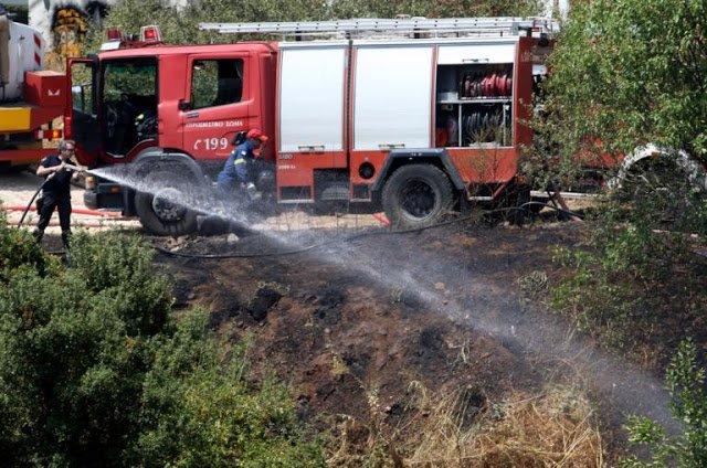 Πυρκαγιά σε ξερά χόρτα στα Εξαμίλια Κορινθίας