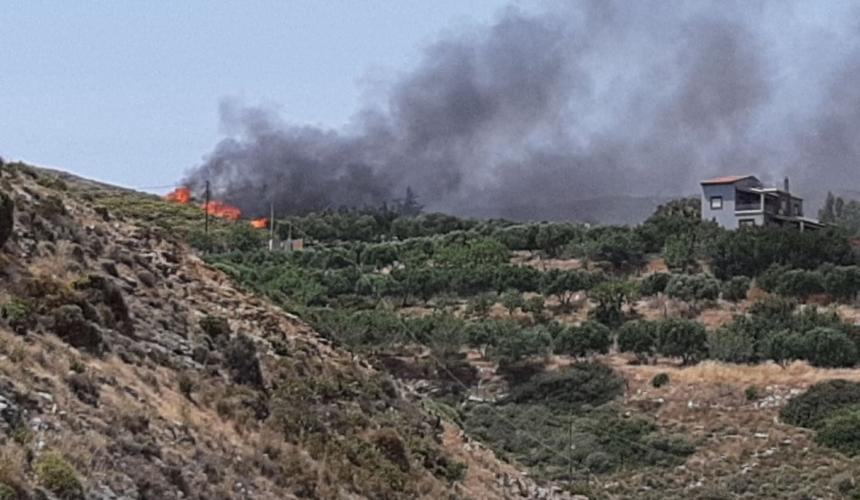 ΕΚΤΑΚΤΟ - Πυρκαγιά απειλεί κατοικημένη περιοχή στην Αγία Πελαγία Ηρακλείου