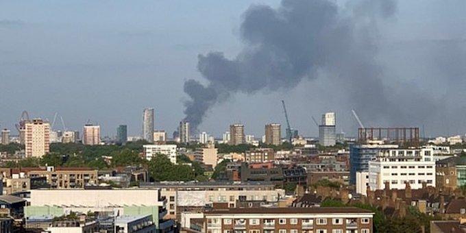 Μεγάλη φωτιά στο Ανατολικό Λονδίνο - Επί τόπου 125 πυροσβέστες