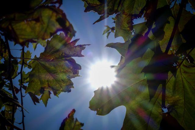 Καιρός: Ηλιοφάνεια με τοπικές βροχές