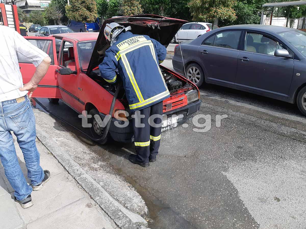 Λαμία: Αυτοκίνητο πήρε φωτιά σε κεντρικό δρόμο