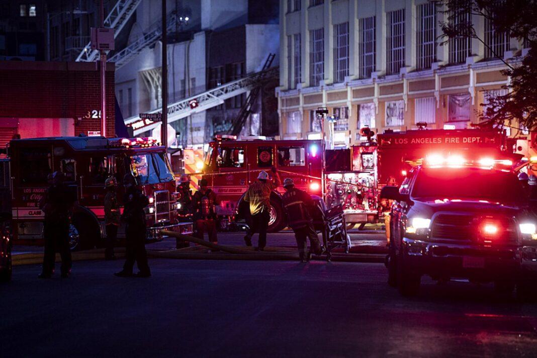Μεγάλη πυρκαγιά σε εμπορικό κέντρο του Λος Άντζελες - Τραυματίστηκαν 11 πυροσβέστες από έκρηξη