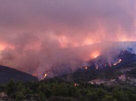 Μεγάλη πυρκαγιά σε εξέλιξή σε δασική έκταση στην Εύβοια