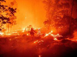 Τεράστια πυρκαγιά στην Καλιφόρνια – Χιλιάδες άνθρωποι εγκατέλειψαν τα σπίτια τους