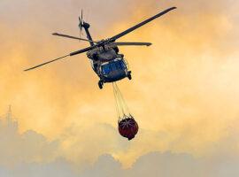 Εναέρια πυρόσβεση από ελικόπτερο Blackhawk (Βίντεο)