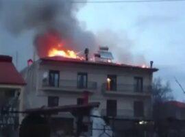 Πυροσβέστης μέσα στης φλόγες από πυρκαγιά σε οικία