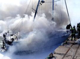 Πυρκαγιά σε σκάφος στα Μαύρα Λιθάρια της Κορινθίας