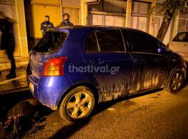 Θεσσαλονίκη: Άγνωστος έβαλε πυρκαγιά σε αυτοκίνητο με πυρσό. (video)