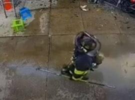 Αγωνία για πυροσβέστη: Του έπεσε κλιματιστικό στο κεφάλι κατά τη διάρκεια κατάσβεσης φωτιάς (vid)