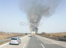 Πυρκαγιά σε ξερά χόρτα κοντά στα διόδια των Μαλγάρων (φωτο από συμβαν)