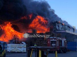 Μεγάλη πυρκαγιά σε αποθήκες μεταφορικής εταιρείας στα Χανιά (φωτο)