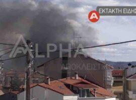 Μεγάλη πυρκαγιά σε πολυκατοικία στο Άργος Ορεστικό – Οχήματα της πυροσβεστική στο σημείο