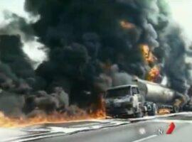 Φορτηγό καυσίμων σε μια τεράστια έκρηξη πυρκαγιάς
