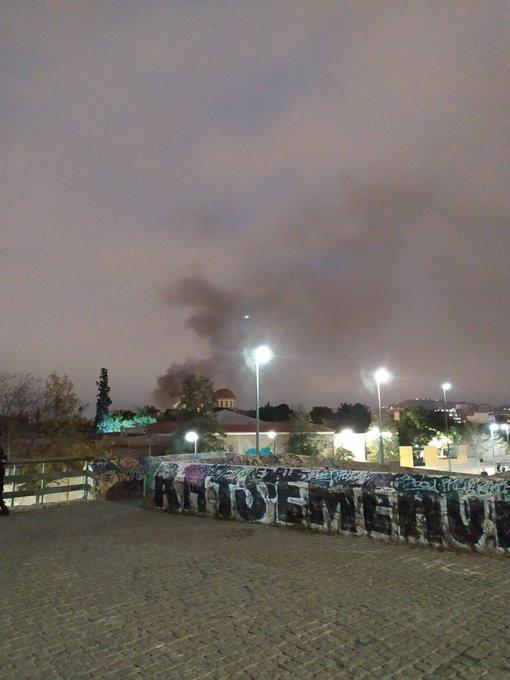 Σε εξέλιξη πυρκαγιά σε εγκαταλελειμμένο κτήριο στην Αθήνα