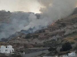 ΕΚΤΑΚΤΟ: Πυρκαγιά  στη Σαντορίνη (Φώτο)