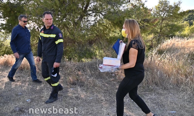 Πυρκαγιά στην Κορινθία: Μοίρασε γλυκά στους πυροσβέστες που έσωσαν το σπίτι της από τις φλόγες