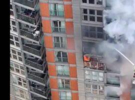 Μεγάλη πυρκαγιά σε πολυκατοικία στο Λονδίνο – Επιχειρούν 125 πυροσβέστες