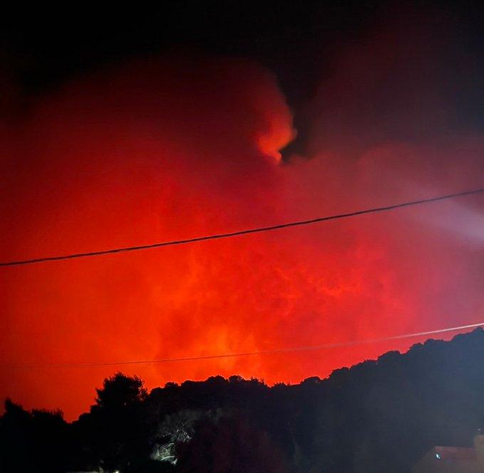 ΕΚΤΑΚΤΟ - Εκκενώνεται το Αλεποχώρι απο την πυρκαγιά