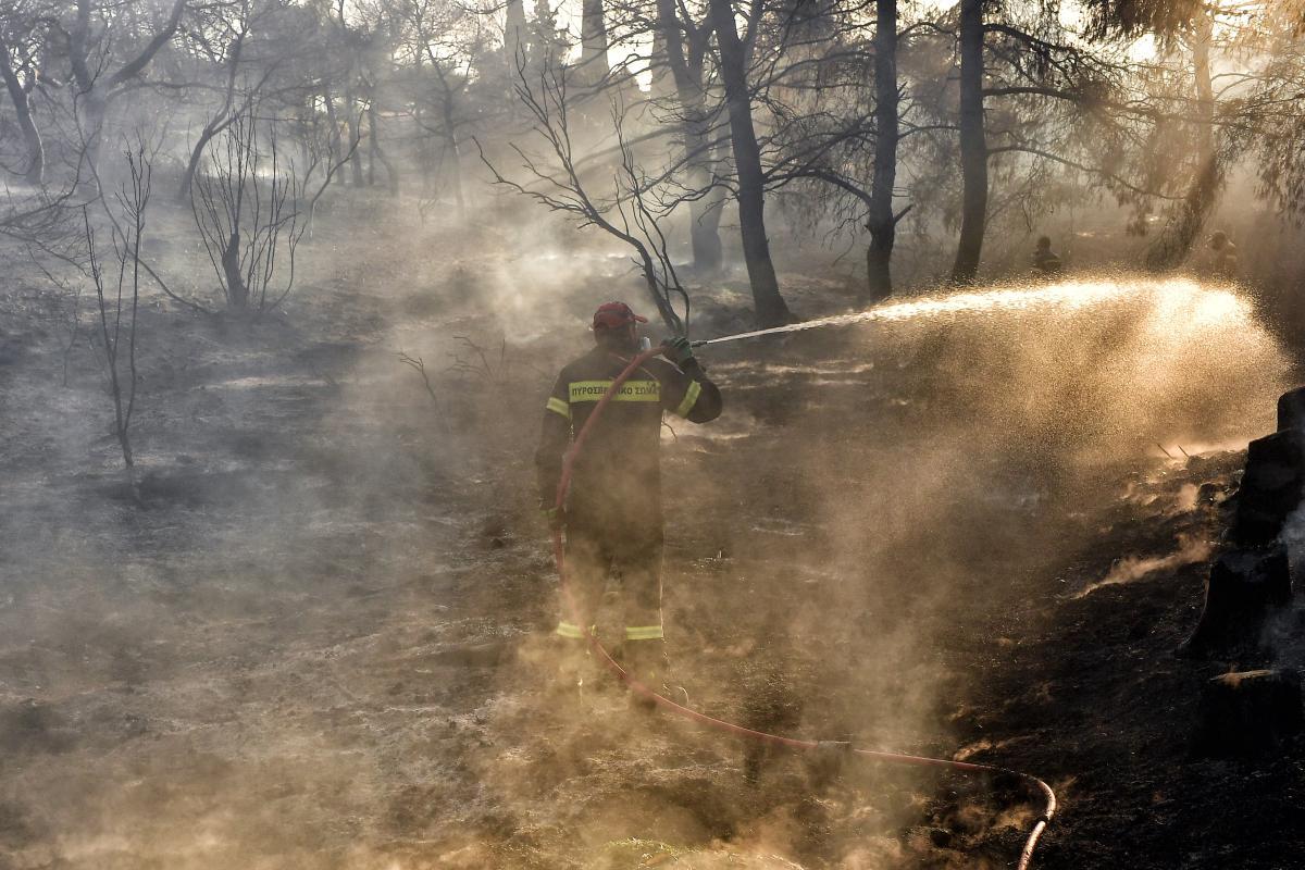 Π.Σ.-Φωτογραφικό στιγμιότυπο από κατάσβεση δασικής πυρκαγιάς στην περιοχή Καλαμάκι Κορινθίας