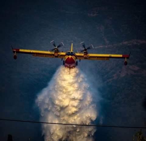 Ενισχύονται οι δυνάμεις στην πυρκαγιά στον Σχίνο Κορινθίας