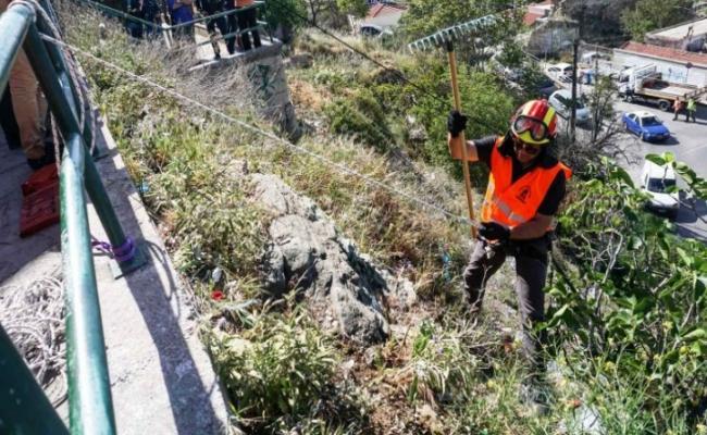 Θεσσαλονίκη-Πυροσβέστες καταρριχητές συνέλεξαν μεγάλες ποσότητες απορριμμάτων