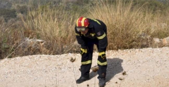 Πάρος: Επικοινωνούν οι πυροσβέστες με τις οικογένειες τους να τους φέρουν λίγο νερό, φαγητό και κολλύρια