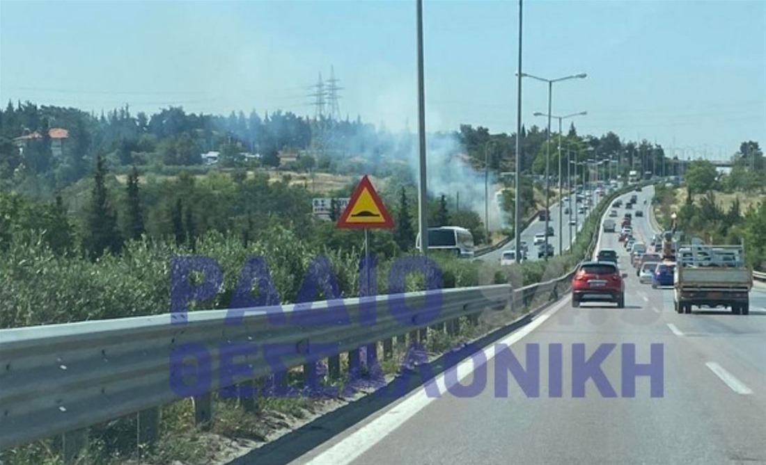 Πυρκαγιά σε ξερά χόρτα στην Περιφερειακή Οδό Θεσσαλονίκης (Φώτο)