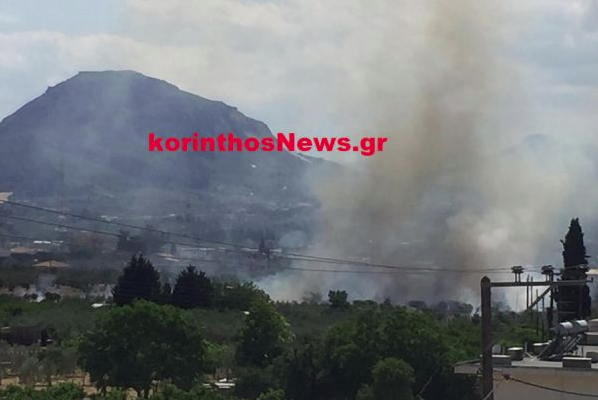 Πυρκαγιά σε ξερά χόρτα δίπλα σε σπίτια στην Καλλιθέα Κορίνθου (Φώτο)