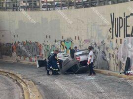 Αυτοκίνητο ανατράπηκε στη λεωφόρο Αμφιθέας – Από θαύμα σώθηκε ο οδηγός