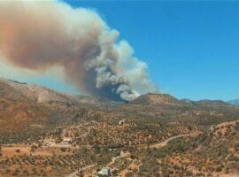 Μεγάλη πυρκαγιά σε χαμηλή βλάστηση στην Σαλαμίνα Αττικής