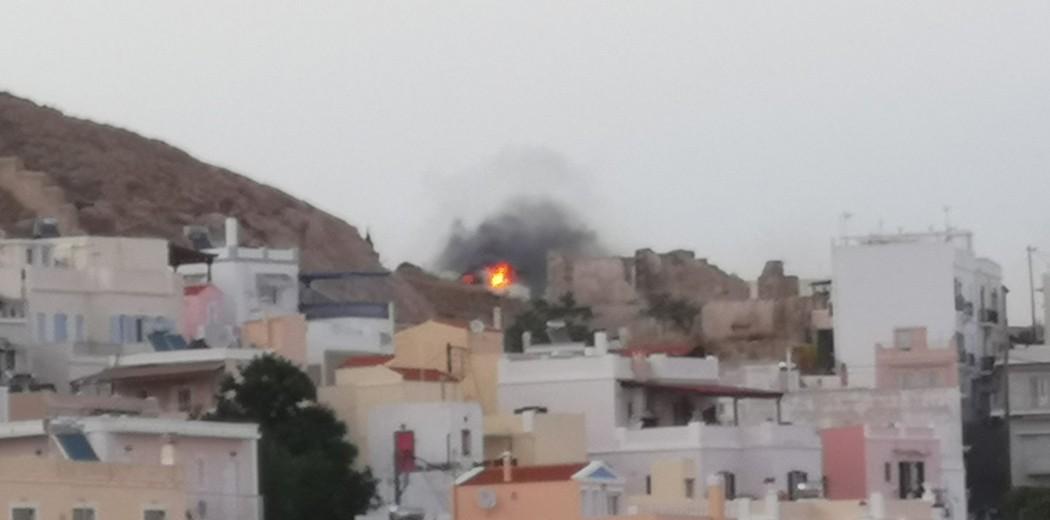 Πυρκαγιά ΤΩΡΑ σε Κτίριο κατοικίας στην Σαλαμίνα Αττικής