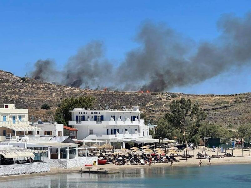 Πυρκαγιά ΤΩΡΑ σε χορτολιβαδική έκταση στην Βάρη Σύρου (Φώτο)