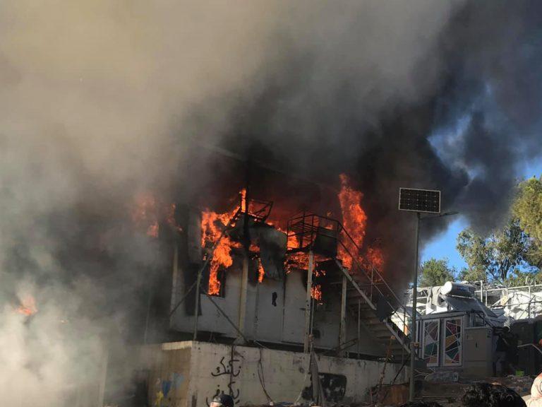 Πυρκαγιά ΤΩΡΑ στο Hotspot στον Σκαραμαγκά Αττικής