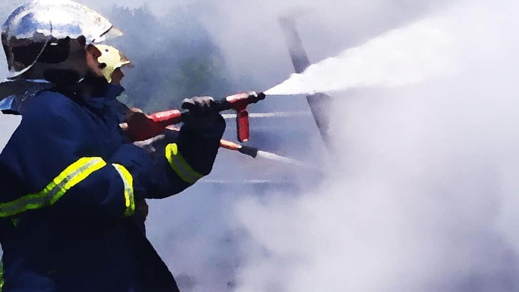 Πυρκαγιά ΤΩΡΑ εν υπαίθρω στην Γλυφάδα Αττικής.Επίθεση με πέτρες στους πυροσβέστες