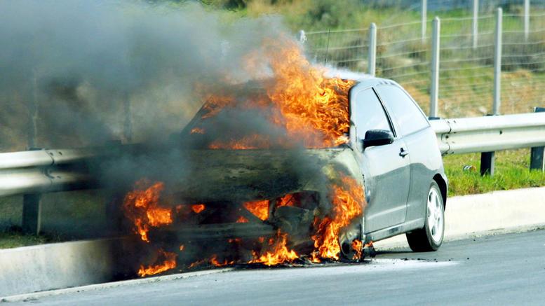 Πυρκαγιά σε Ε.Ι.Χ. αυτοκίνητο επί της Λεωφόρου Καμάριζας στην Λαυρεωτική