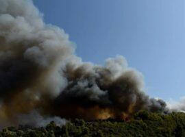 Δύσκολο να ελεγχθεί η πυρκαγιά στην Αχαΐα – 20 σπίτια καμένα 5 εγκαυματίες