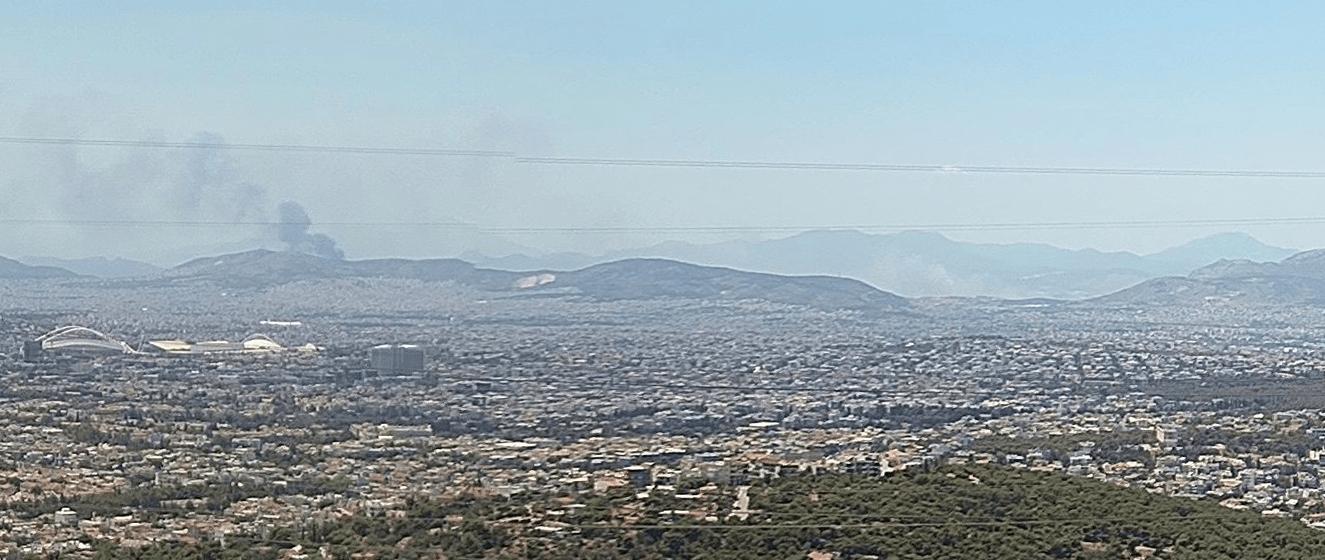 Μάχη με τις φλόγες σε πολλαπλά μέτωπα στην Δυτική Αττική