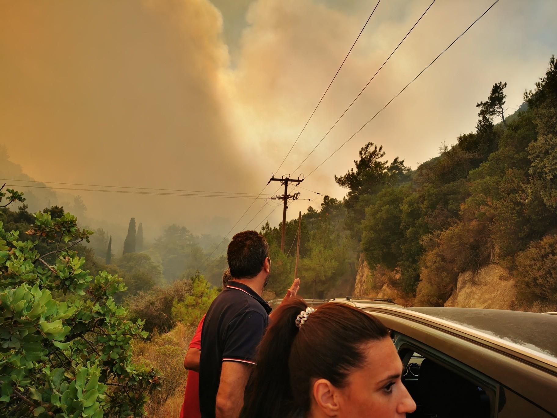 Σάμος: Μαίνεται η πυρκαγιά στους Βουρλιώτες - Προληπτική εκκένωση δύο ξενοδοχείων (Φώτο)