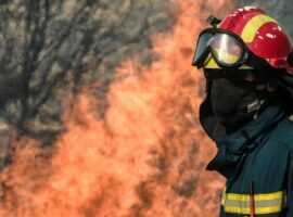 Πυρκαγιά εν υπαίθρω στα Λιμανάκια Βουλιαγμένης