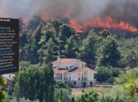 Γλείφει σπίτια η πυρκαγιά στη Σταμάτα – Μήνυμα 112 από την πολιτική προστασία