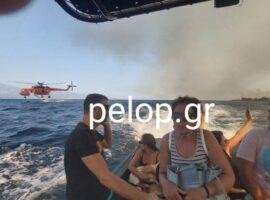 Συγκλονιστικές εικόνες απο την πυρκαγιά στην Αχαΐα – Ιδιωτικά σκάφη απομακρύνουν λουόμενους απο την παραλία
