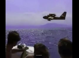 Επίδαυρος: Canadair περνά «ξυστά» από σκάφος καθώς ανεφοδιάζεται με νερό (Βίντεο)
