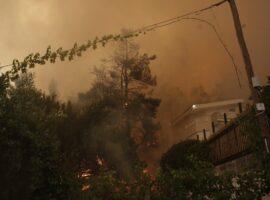 Πυρκαγιά στη Σταμάτα: Εικόνες από καμμένα σπίτια και αυτοκίνητα