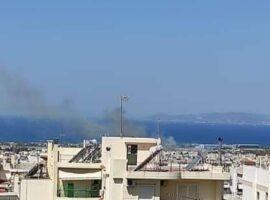 Πυρκαγιά ΤΩΡΑ σε χαμηλή βλάστηση στο Ελληνικό Αττικής – Κοντα σε οικίες