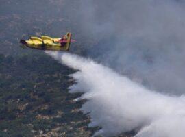 Σε εξέλιξη η μεγάλη πυρκαγιά στο Καλέντζι Κορινθίας