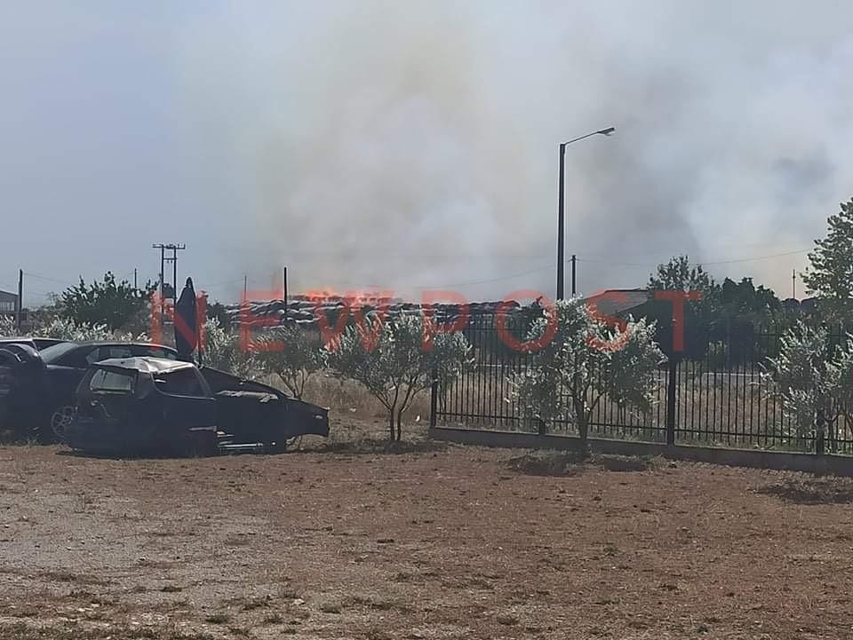 Πυρκαγιά σε αύλειο χώρο επιχείρισης πλησίον του κόμβου Αγιάς στη Λάρισα