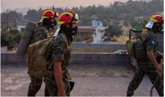 Μπήκαν τη νύχτα Πυροσβεστικά Άρματα & Στελέχη του Στρατού στις πυρκαγιές (Φώτο)