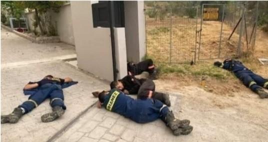 Ευγνωμοσύνη: Η συγκλονιστική φωτογραφία με τους πυροσβέστες που κάνει το γύρο του διαδικτύου