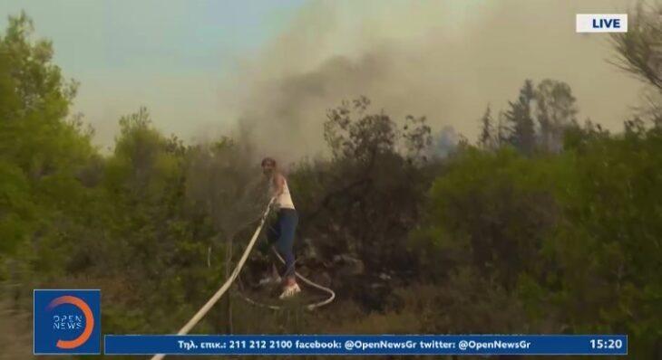Δημοσιογράφος του OPEN φεύγει live από την κάμερα και πιάνει την μάνικα για να βοηθήσει τους πυροσβέστες