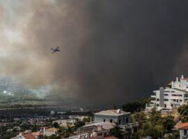 Πυρκαγιά στη Βαρυμπόμπη – Εκκενώνεται ο οικισμός Αδάμες